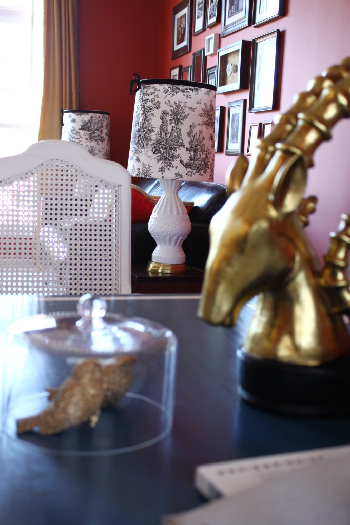 Two staple residents on the desk. You should have gold objects if you have a blue desk like me.